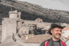 Turysta z kapeluszem w Dubrovnik zdjęcie royalty free
