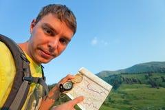 Turysta z mapą i kompas w górach Szwajcaria Zdjęcia Royalty Free