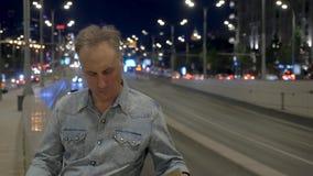 Turysta z mapa stojakami na moście z ruchem drogowym w wieczór zdjęcie wideo