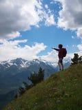 Turysta z plecak pozycją na trawie Zdjęcia Royalty Free