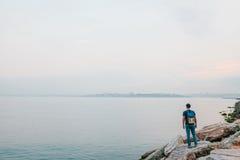 Turysta z plecakiem na brzegowej podróży, turystyka, odtwarzanie Zdjęcia Stock