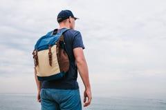 Turysta z plecakiem na brzegowej podróży, turystyka, odtwarzanie Obraz Stock