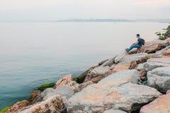 Turysta z plecakiem na brzegowej podróży, turystyka, odtwarzanie Obraz Royalty Free