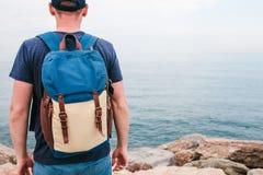 Turysta z plecakiem na brzegowej podróży, turystyka, odtwarzanie Fotografia Royalty Free