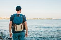 Turysta z plecakiem na brzegowej podróży, turystyka, odtwarzanie Obrazy Royalty Free