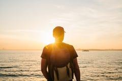 Turysta z plecakiem na brzegowej podróży, turystyka, odtwarzanie Na zmierzchu Zdjęcie Stock