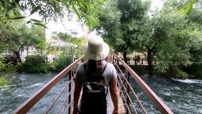 Turysta z plecakiem w kapeluszu wolno cieszy się pięknego widok i zbiory wideo