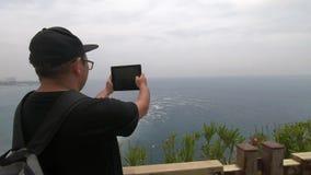 Turysta z plecakiem za on stojaki blisko drewnianego mostu wp8lywy wideo piękny morze i zbiory