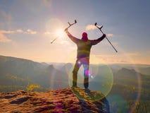 Turysta z przedramienia szczudła above głową na śladzie Ranny wycieczkowicz dokonujący halny szczyt Fotografia Royalty Free