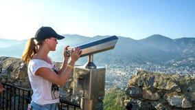 Turysta z smartphone zdjęcia royalty free