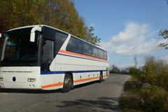 Turysty autobus na zwężającym się halnym wysokim sposobie Zdjęcie Royalty Free