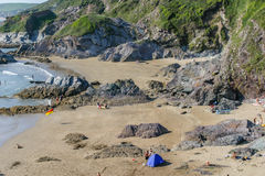 Turysty enjoyong plaża przy Whitesands zatoką w Cornwall, UK Obraz Royalty Free