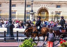 Turysty gromadzenie się przy bramami buckingham palace Fotografia Royalty Free