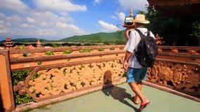 Turysty komes bariera pagód spojrzeniami przy Wiekowym monasterem zbiory wideo