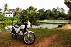 Turysty Milicyjny motocykl z jeziorem w Angkor Wat, Kambodża obraz stock