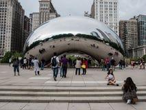 Turysty mrowie Cloudgate w Chicago obraz royalty free