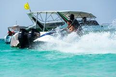 Turysty narciarstwo na wodnej hulajnoga Zdjęcia Stock
