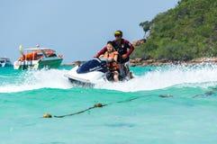 Turysty narciarstwo na wodnej hulajnoga Fotografia Royalty Free