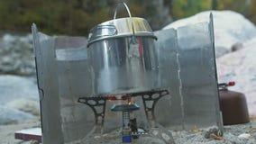 Turysty obóz blisko rzeki Instalacyjny obozowej kuchenki palnik Propanu paliwo, obozowi dopasowania, przedniej szyby campingowa k zdjęcie wideo