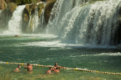 Turysty pływanie przy Krka siklawami, Chorwacja Fotografia Stock