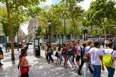 Turysty przespacerowanie przy czempionami - Paryż fotografia stock