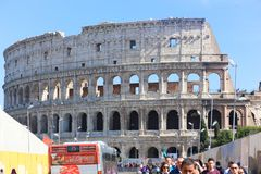 Turysty przespacerowanie przy dziejowym miejscem stary Rzym zdjęcia stock