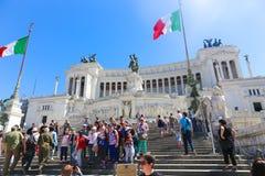 Turysty przespacerowanie przy dziejowym miejscem stary Rzym zdjęcie royalty free
