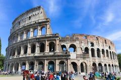 Turysty przespacerowanie przy dziejowym miejscem stary Rzym obraz royalty free