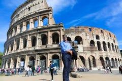 Turysty przespacerowanie przy dziejowym miejscem stary Rzym zdjęcie stock