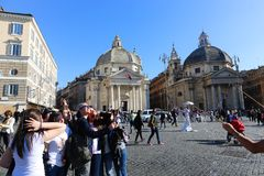 Turysty przespacerowanie przy dziejowymi miejscami przy Rzym zdjęcia royalty free