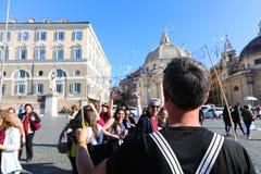 Turysty przespacerowanie przy dziejowymi miejscami przy Rzym fotografia stock