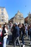 Turysty przespacerowanie przy dziejowymi miejscami przy Rzym obraz stock
