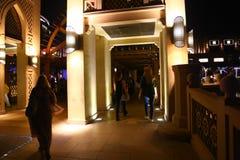 Turysty przespacerowanie w Dubaj przy nocą obraz royalty free