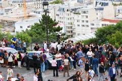 Turysty przespacerowanie w Montmartre, Paryż - zdjęcia stock