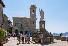 Turysty przespacerowanie w piazza della Libertà w San Marino obrazy stock