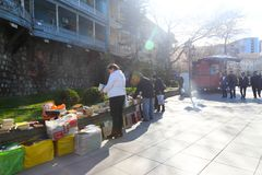 Turysty przespacerowanie w Tbilisi ulicie Gruzja zdjęcie stock