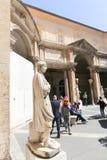 Turysty przespacerowanie - Watykański muzeum zdjęcie stock