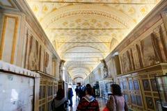 Turysty przespacerowanie - Watykański muzeum obrazy royalty free