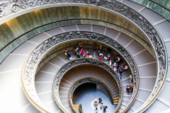 Turysty przespacerowanie - Watykański muzeum fotografia stock
