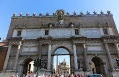 Turysty przespacerowanie wokoło dziejowych miejsc przy Rzym obrazy stock