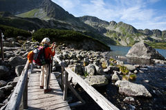 turysty rekonesansowe dziewczyny góry Zdjęcia Stock