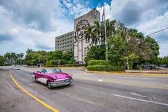 Turysty rocznika prowadnikowy samochód w Placu De Los angeles Rewolucja, Hawańska, Cu Obrazy Royalty Free