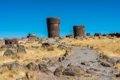 Turysty Silustani grobowowie w peruvian Andes przy Puno Peru zdjęcia stock