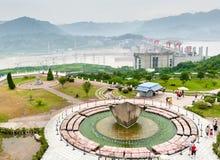 Turysty spacer obok fontanny obrazy royalty free