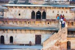 Turysty spacer wokoło starego fortu Zdjęcia Stock