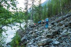 Turysty spacer wzdłuż rzecznego Akkem Zdjęcie Royalty Free