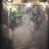 Turysty zakupu jedzenie przy plenerową kawiarnią Dym od otwierał ogień tworzy zasłonę dymną Obraz Stock