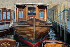 Turystyczna łódź «jezioro «Princess siedzący dokujący podczas wschód słońca przy Jeziornym Windermere Cumbria, Marzec, - 2019 fotografia stock