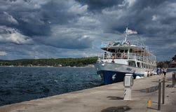 Turystyczna łódź cumował w schronieniu w Rovinj, Chorwacja na letnim dniu Obrazy Royalty Free