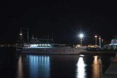 Turystyczna łódź cumował w schronieniu w Rovinj, Chorwacja w nocy Obraz Stock
